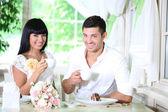 Vackra unga romantiska par på café — Stockfoto