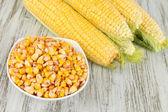 растительное свежей кукурузы на деревянный стол — Стоковое фото