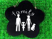 Familie aus papier auf holzbrett auf hellem hintergrund — Stockfoto
