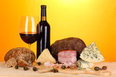 Exquisite still life of wine, cheese and meat products — Stockfoto