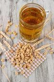 пива в стеклянные и гайки на салфетке на деревянный стол — Стоковое фото