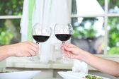 Vackra par med romantisk middag på restaurang — Stockfoto