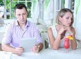 Młoda para z tabletu w restauracji — Zdjęcie stockowe