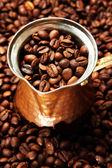 Turk metal sobre fondo de granos de café — Foto de Stock