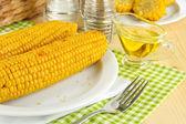 со вкусом вареной кукурузы на табличке на деревянный стол крупным планом — Стоковое фото