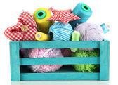 Scatola di legno blu con filo e accessori per cucire isolati su bianco — Foto Stock