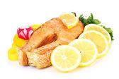 开胃烤三文鱼配柠檬和蔬菜上白色隔离 — 图库照片
