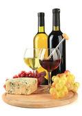 Bardakları, şarap, lezzetli mavi peynir ve kesme tahtası üzerinde beyaz izole, üzüm — Foto de Stock