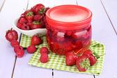 домашнее варенье из ягод варенье на деревянный стол — Стоковое фото