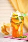 Chá gelado com limão e hortelã na mesa de madeira — Foto Stock