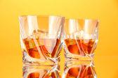 Deux verres de scotch whisky, sur fond de couleur — Photo