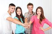 Skupina happy krásných mladých lidí při pokojové — Stock fotografie