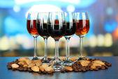Copas de licores con almendras y granos de café, sobre fondo brillante — Foto de Stock