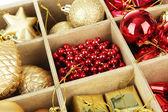 Caja de madera llenada de fondo de adornos de navidad — Foto de Stock