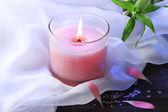 Schöne rosa kerze auf bambusmatte — Stockfoto