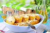 O smaku gotowanej kukurydzy na tabliczce na drewniany stół szczegół — Zdjęcie stockowe