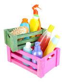 Scatole di legno con prodotti cosmetici isolati su bianco — Foto Stock