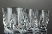 Prázdné sklenice na šedém pozadí — Stock fotografie