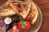 пицца лишь на деревянной доске на деревянный стол — Стоковое фото