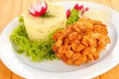 Pollo kiev su crostini con purè di patate, su fondo in legno — Foto Stock