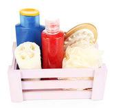 Caja de madera con productos cosméticos aislado en blanco — Foto de Stock