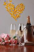 Champagne en bril op ronde tafel op kamer achtergrond — Stockfoto