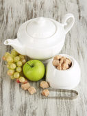 Unrefined sugar in white sugar bowl on wooden background — Foto Stock