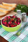 Salada de beterraba em tigela em close-up tabela — Foto Stock