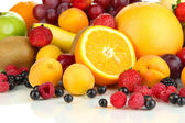 Fresh fruits and berries close up — Stockfoto