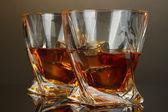 Bardak viski, koyu arka plan üzerinde — Stok fotoğraf