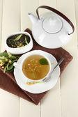 Taza de té con linden en servilleta de mesa de madera — Foto de Stock