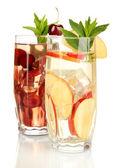 Wassergläser fruchtgetränke mit eiswürfeln, die isoliert auf weiss — Stockfoto