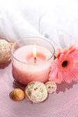 Красивые розовые свечи с цветок в воде — Стоковое фото