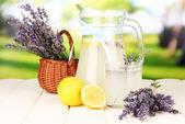 Lavendel-limonade, auf hellem hintergrund — Stockfoto