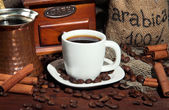 Metal turk y café taza closeup — Foto de Stock