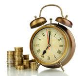 Reloj antiguo y monedas aisladas en blanco — Foto de Stock