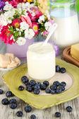 新鲜乳制品与蓝莓对木制表特写 — 图库照片
