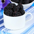Sweet blackberries in cup on table close-up — Foto Stock