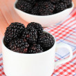 Sweet blackberries in cup on table close-up — Stock fotografie