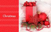 Vánoční dárek a červené vánoční koule v bílé kožešiny — Stock fotografie