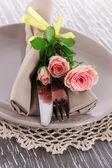 Deska s ubrouskem a růže detail — Stock fotografie