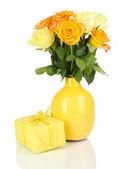 Bellissimo mazzo di rose in vaso con dono isolato su bianco — Foto Stock