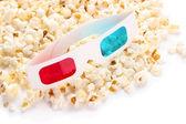 Pop-corn et des lunettes 3d, isolés sur blanc — Photo