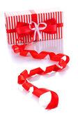 プレゼント ボックスを白で隔離されるリボン カール — ストック写真