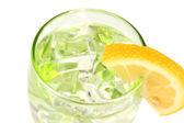 Szklanki z woda i lód na białym tle — Zdjęcie stockowe