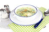 Minestra nel piatto il tovagliolo sulla tavola di legno isolato su bianco — Foto Stock