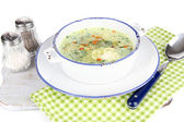 Sopa no prato sobre guardanapo na placa de madeira, isolado no branco — Foto Stock