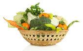 свежие овощи в корзине, изолированные на белом — Стоковое фото