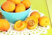 свежий естественный абрикос в чашу на зеленый деревянный стол — Стоковое фото