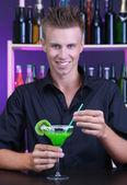 Porträt von gut aussehend barkeeper, cocktailbar, in vorbereitung — Stockfoto